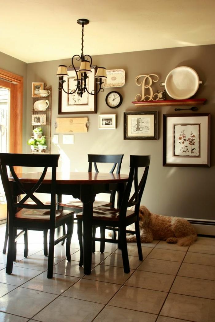 eine Menge Wandbilder und Küchenzubehör als Dekoration Wand Ideen