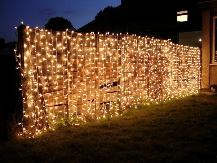 deko geburtstag eine idee wie sie die weihnachtsdeko weder verwenden auch in anderen saisons, lichter am zaun schöne deko zu gartenfeier, grillen im garten mit schöner atmosphäre