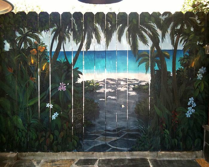 deko geburtstag, gemalene zaun idee mit exotischem muster palmen und see im eigenen hof