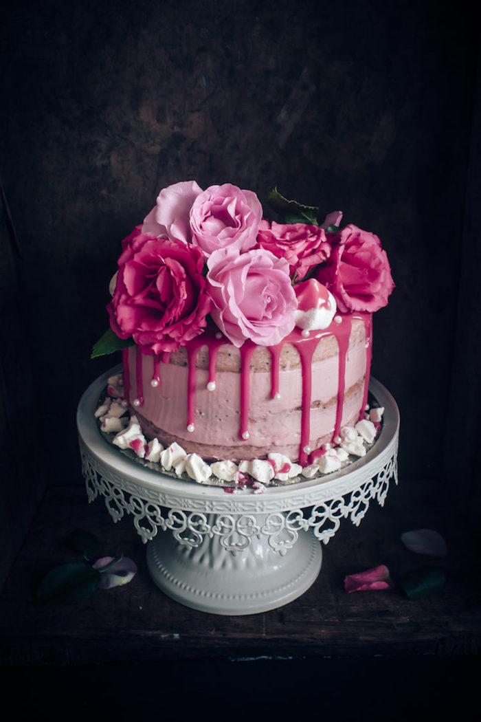 Geburtstagstorte mit Buttercreme, Erdbeersyrop und echten Blüten, Torte in Rosa