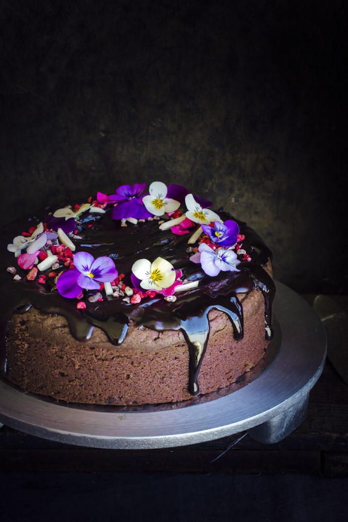Torte mit Schokolade und echten Blüten dekorieren, tolle Ideen für jeden Anlass