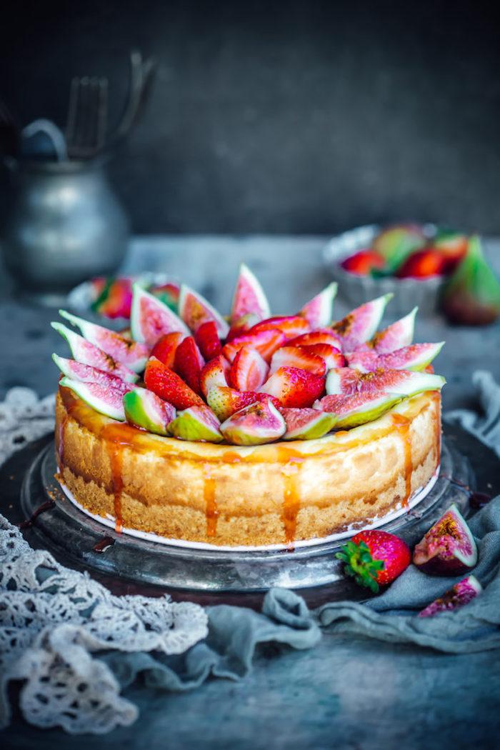 Torte mit Feigen Erdbeeren und Karamell, leichtes und schnelles Rezept für Geburtstagstorte
