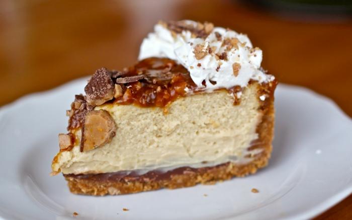 ein kleines Stück mir Hazelnuss Creme innen und weiße Creme als Dekoration, Tofiffee Kuchen