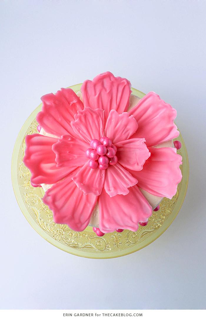 Rosa Blume aus Candy Melts und Zuckerperlen, Tortendekoration selber machen