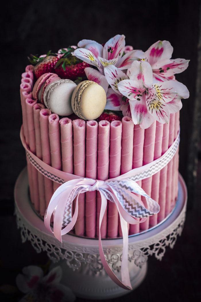 Torten dekorieren, französische Macarons und Lilien, schöne Schleife, Idee für Geburtstagstorte