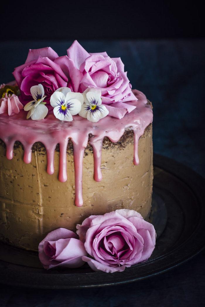 Schokoladentorte mit Erdbeercreme Rosen und Stiefmütterchen, Tortendeko aus echten Blumen