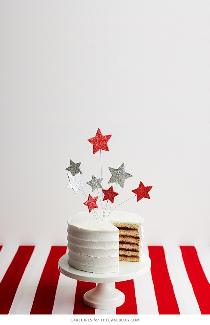 Torte mit Sterne aus Gum Paste dekorieren, silberner und roter Glitzer, weiße Buttercreme