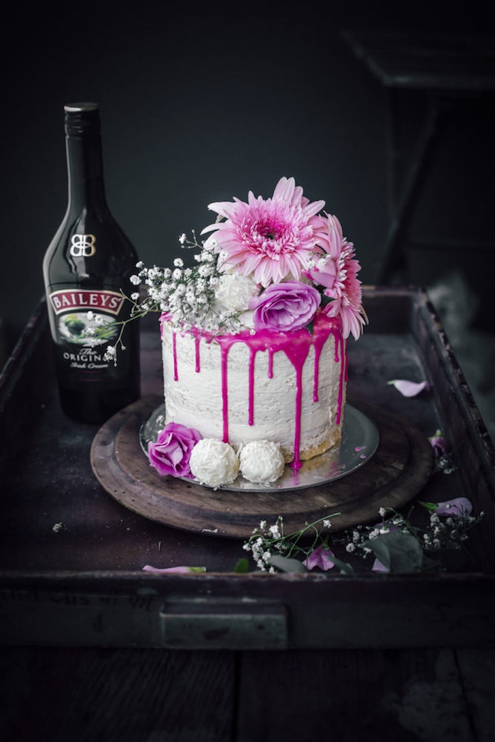 Torte mit echten Blüten dekorieren, Himbeercreme und Sahne, Torte mit Baileys genießen