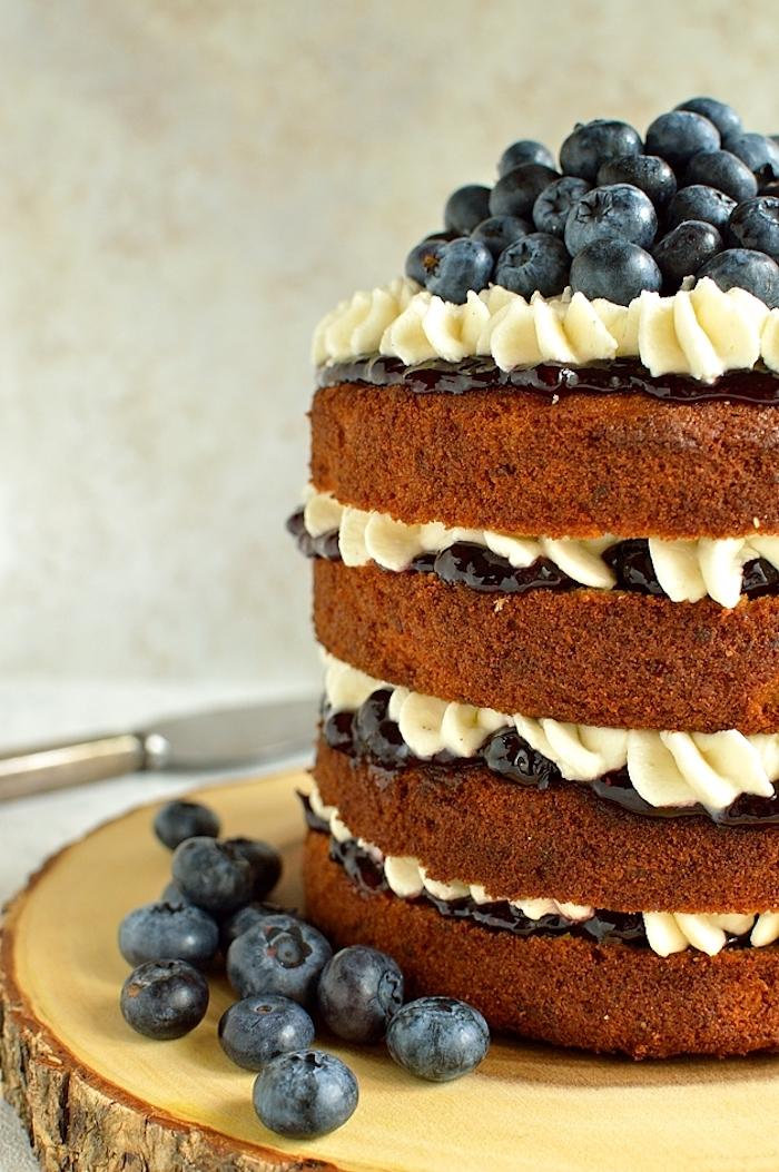 Torte mit vier Böden, Schokolade Buttercreme und Blaubeeren, Geburtstagstorte selber machen
