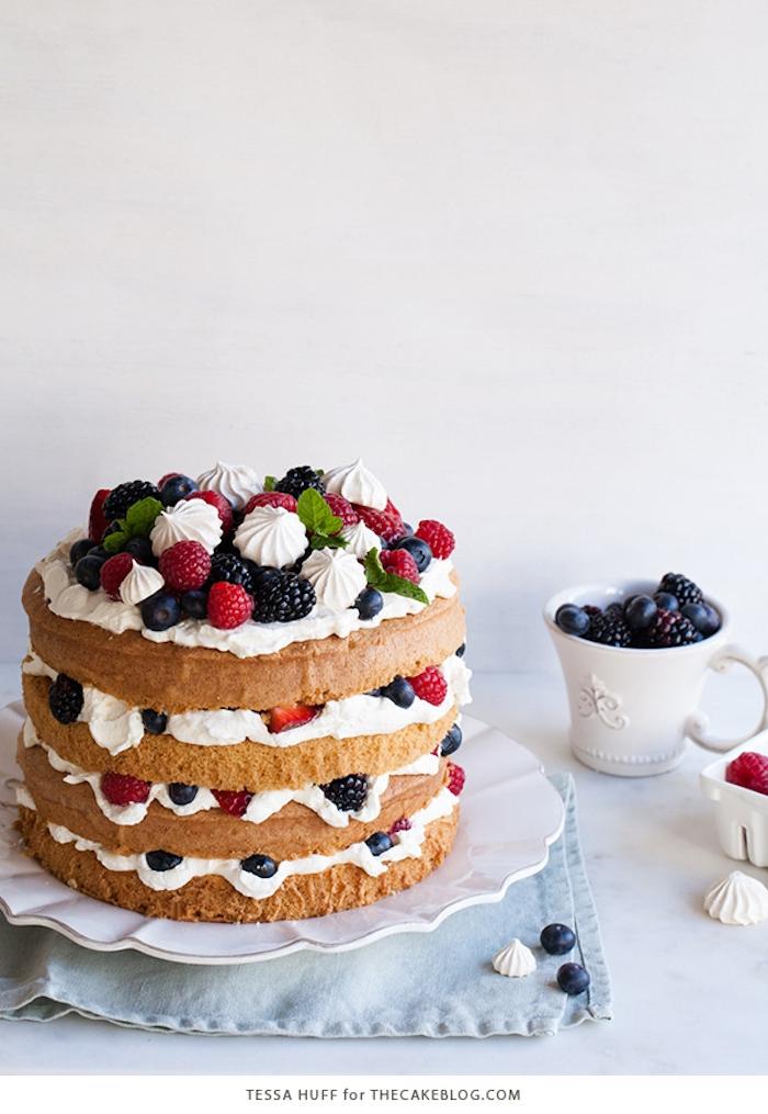 Torte mit vier Böden, frischen Früchten und Sahne, Idee für Geburtstagstorte