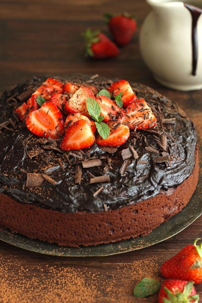 Torte mit Schokolade und Erdbeeren dekorieren, leichte und schnelle Rezepte zum Probieren