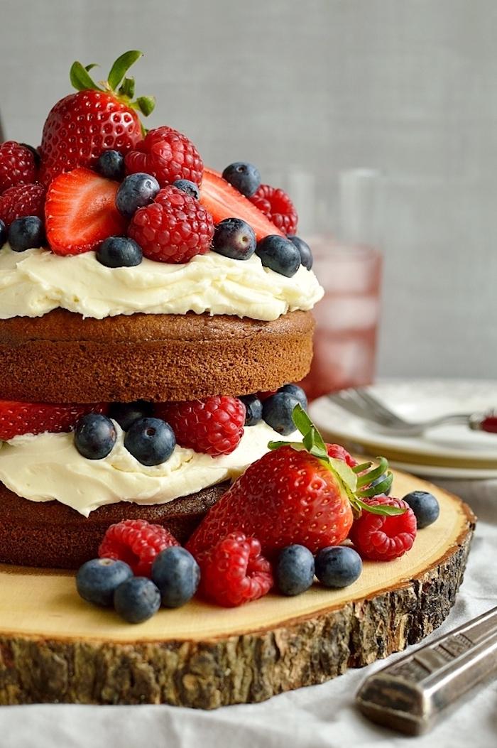 Torte mit Buttercreme Erdbeeren Himbeeren und Brombeeren, zwei Böden