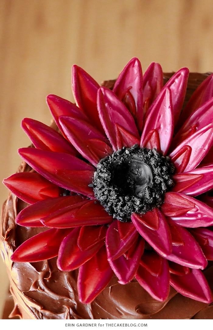 Rote Blume aus Candy Melts und Schokolade, Torten dekorieren, inspirierende Ideen