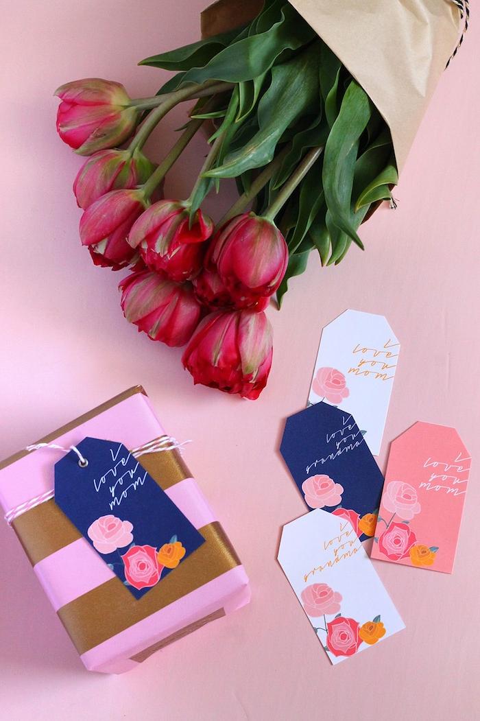 Tulpenstrauß in Papier, Grußkarten mit Aufschrift I Love You Mom, Geschenkschachtel