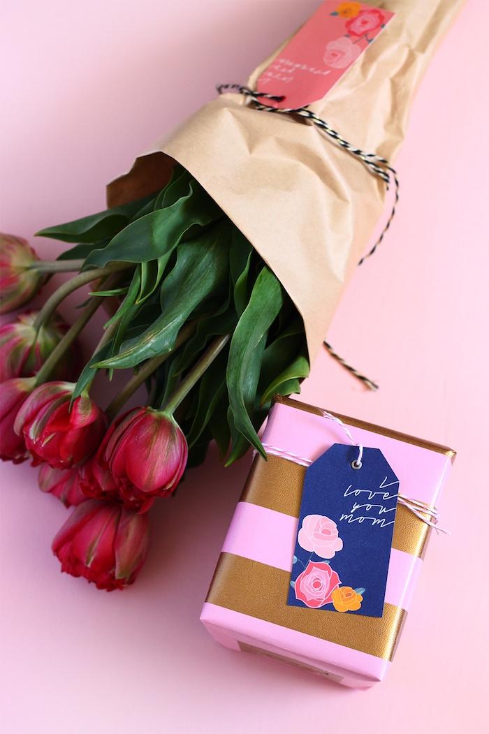 Tulpenstrauß in Papier, kleine Geschenkschachtel mit Karte, Geschenk zum Muttertag