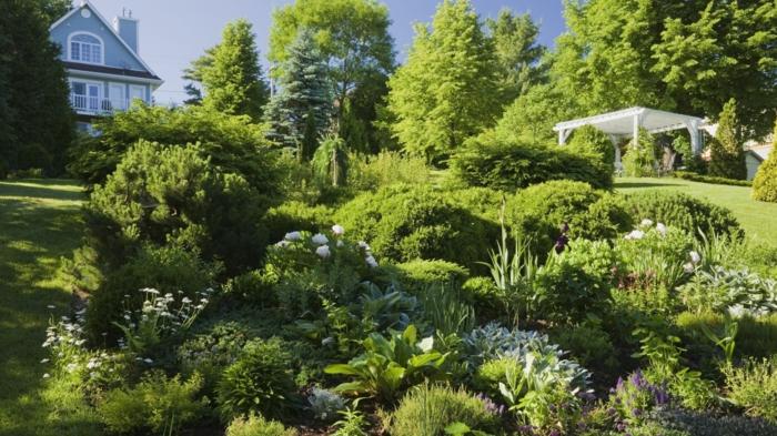 Grüner vertikaler Garten mit weißen Blumen, ein Gartenzelt, viele Bäume, Garten verschönern