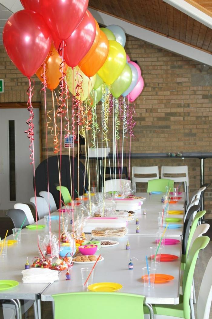 bunte Ballons, bunte Teller und Einweggläser mit Trinkhalm, Tischdekoration Kommunion