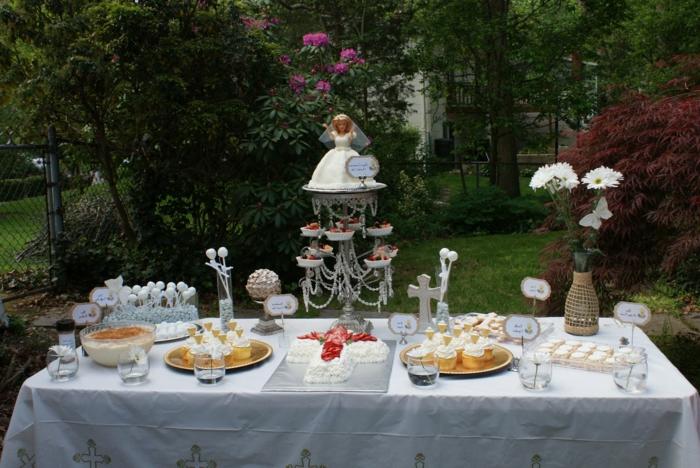 eine schöne Tischdeko Kommunion für Mädchen mit Geschenk auf Ständer