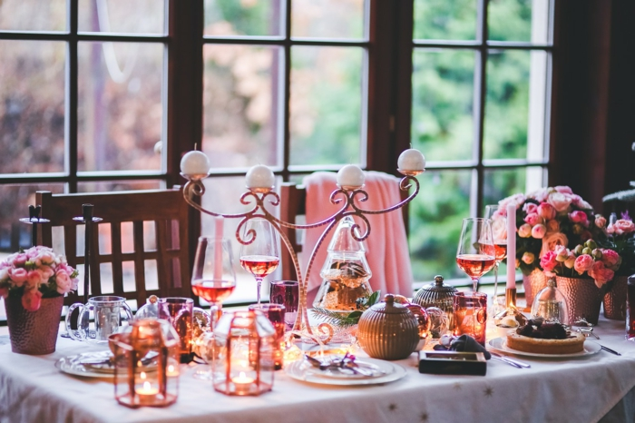 vier Kerzen, Tischdekoration Kommunion, Vasen mit bunten Rosen