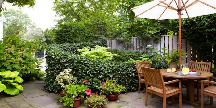 vorgarten deko, sonnenschirm, gartenmöbel aus holz, runder tisch mit vier stühlen