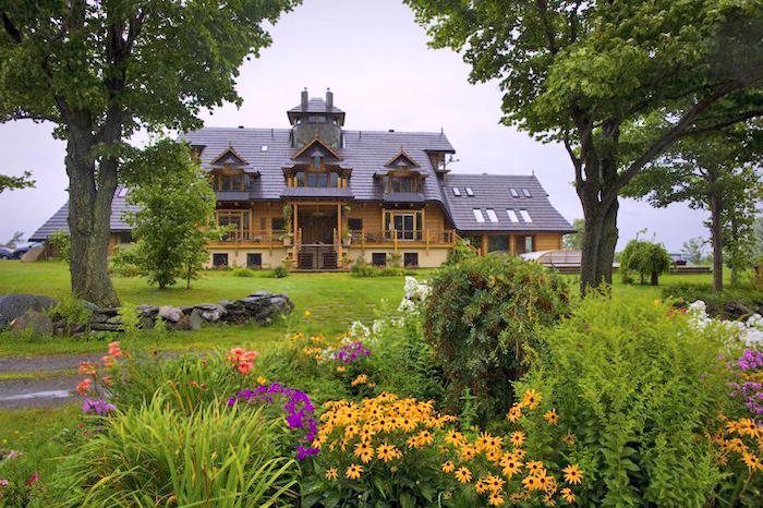 vorgarten deko, großes haus, gelbe blumen, natur, villa im gebirge, große bäume