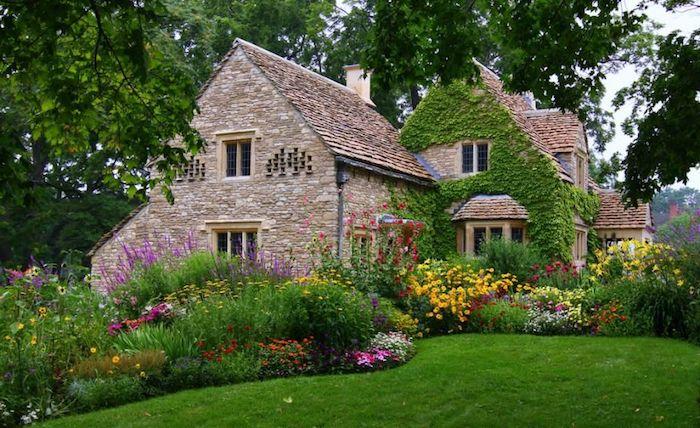 vorgarten deko, haus im mittelalterlichem stil, bunte blumen, ziegel aus naturstein