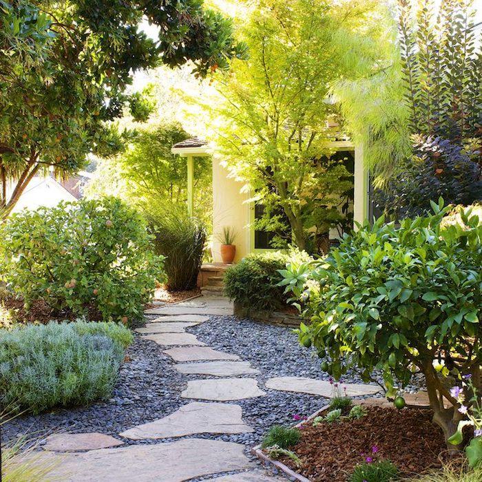 vorgarten deko, pfad aus naturstein, kleines haus, natur, büsche und bäume