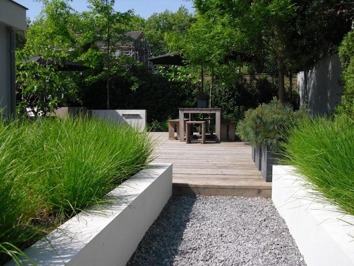 vorgarten deko, pfad mit naturstein, holzdielen, sitzecke, hochbeete mit büschem