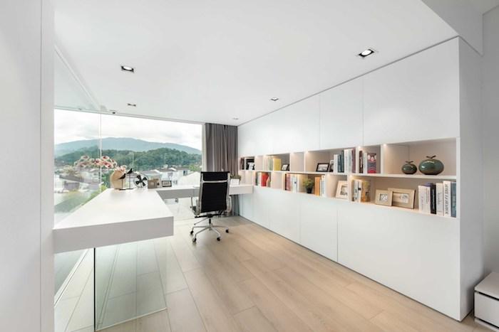 ein boden aus holz und ein schwarzer stuhl, weiße wände und viele bücher, vasen und bilderrahmen aus holz, lampen und ein fenster, zimmer einrichten