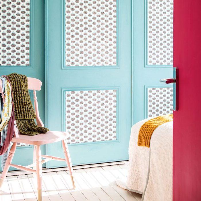 Schlafzimmer Ideen und Inspiration, rosa Stuhl in Vintage Stil, weißes Boden