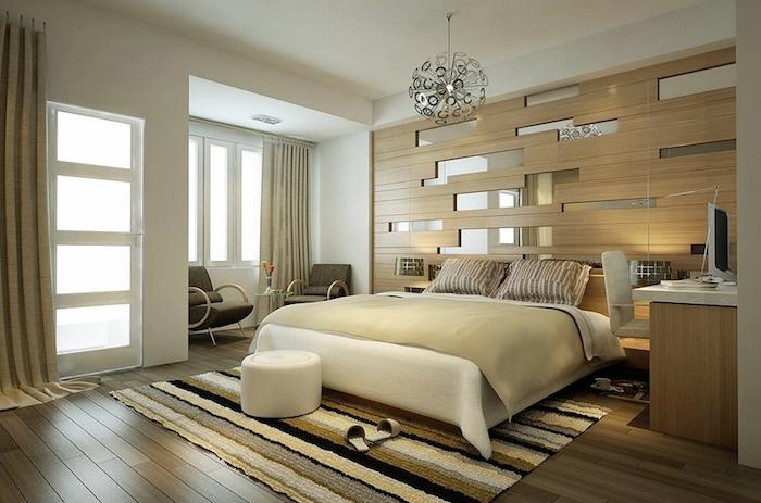 schlafzimmer ideen wandgestaltung in beige und braun, spiegel elemente an der wand, vorhänge, hocker