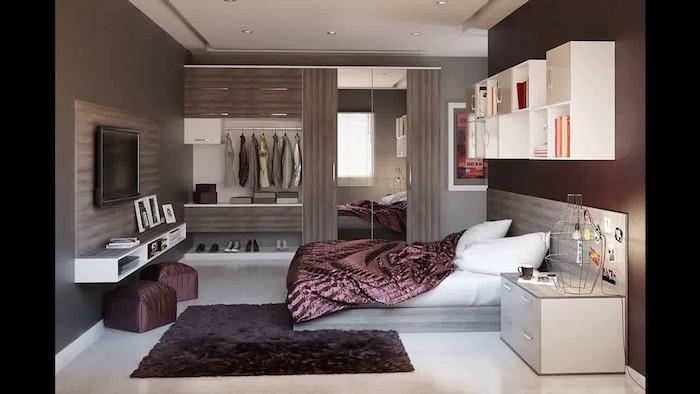 wanddeko schlafzimmer, lila, kleiner teppich, bett, bettbedeckung, hocker, bilderrahmen, schubladen, bücherregale