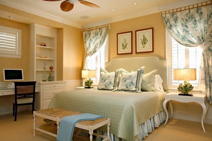 schlafzimmer ideen wandgestaltung gelbe wände, grüne bettwäsche, wandbilder, weißes zimmerdesign
