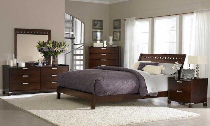 wanddeko schlafzimmer mit großem spiegel, zimmerdesign in braun, lila und weiß, lampe, blumen