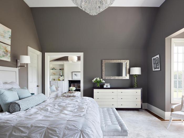 wanddeko schlafzimmer in grau und weiß, graues wanddesign, spiegel, blumen, blaue kissen
