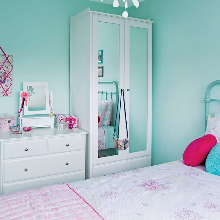 Schlafzimmer in Beige, weiße Möbel, Bettwäsche in Rosa, Mädchen Accessoires