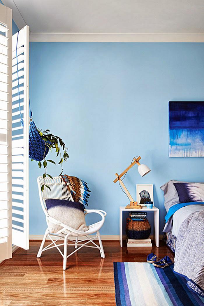 Schlafzimmer Einrichtung, Wandfarbe Hellblau, weiße Vintage Möbel