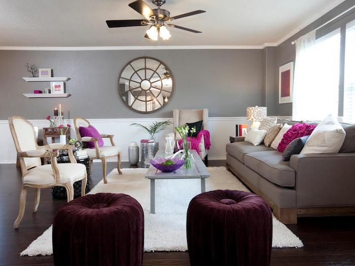 wandfarbe hellgrau mit einem großen spiegel, wohnraum mit soga, lila samtmöbel, bodenkissen, stühle, deko ideen