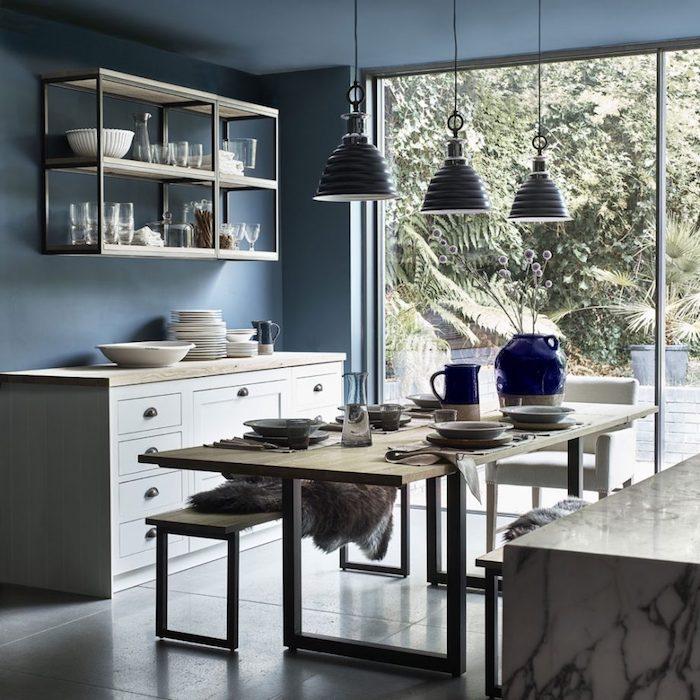 Stilvolle und elegante Kücheneinrichtung, Wandfarbe Petrol, Möbel in hellen Farbtönen