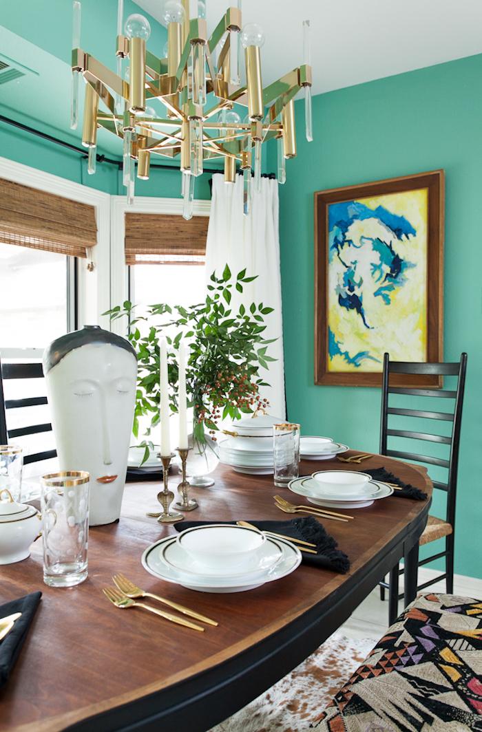Esszimmer Einrichtung, Wandfarbe Türkis, verspielter Kronleuchter, Tisch aus Massivholz