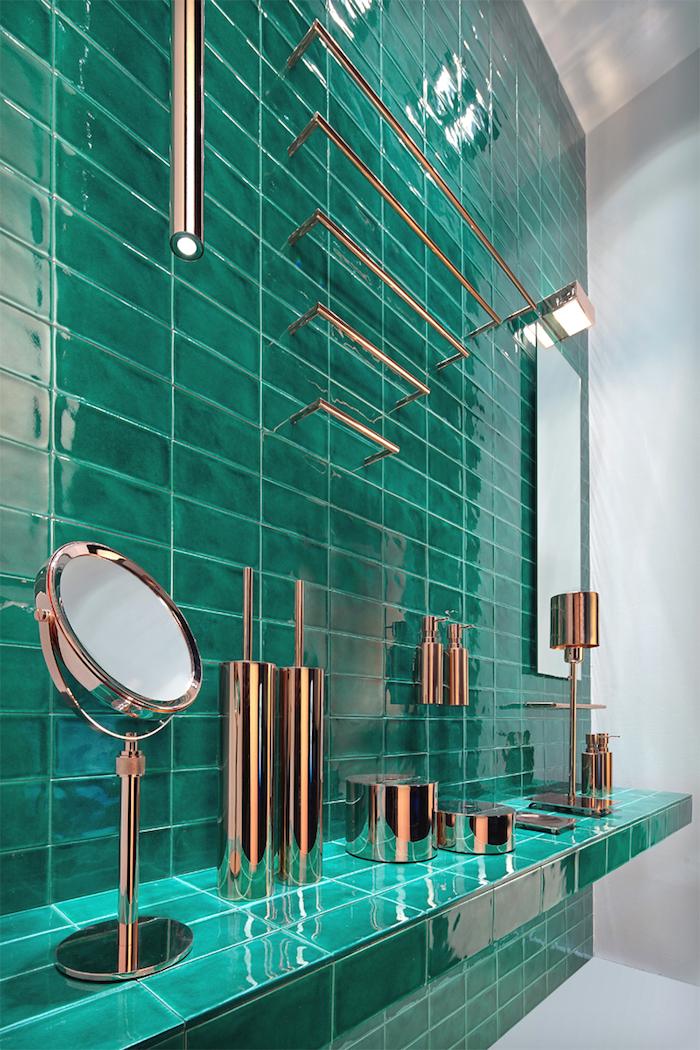 Badezimmer Einrichtung, Fliesen in türkis, kräftiger Ton, runder Spiegel