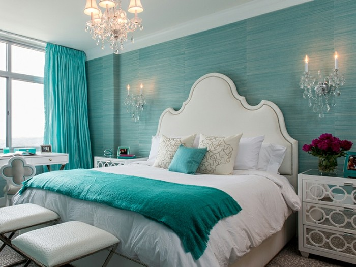 Schlafzimmer in Türkis, Wand und Vorhänge in Türkis, weißes Bett, verspielte Kronleuchter