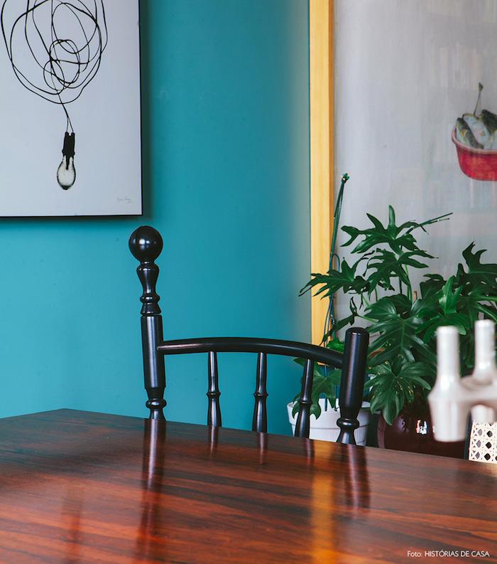Wandfarbe Türkis, starker Farbton, schwarzer Stuhl, grüne Zimmerpflanze