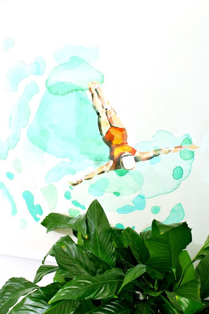 Wandfarbe Türkis, in Form von Wassertropfen, schwimmende Frau, grüne Zimmerpflanze