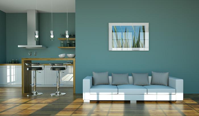 Großes Wohnzimmer, Wandfarbe Türkis, weißes Sofa mit grauen Kissen