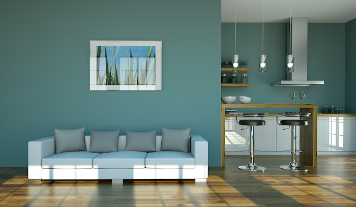 Wohnzimmer in Türkis, weißes Sofa mit grauen Kissen, Gemälde an der Wand, hellbraunes Parkett