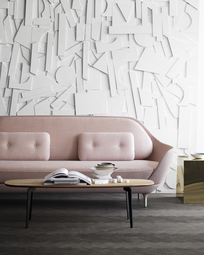 Wohnzimmer in hellen Farbnuancen, Wandfarbe Weiß und rosa Sofa, länglicher Holztisch