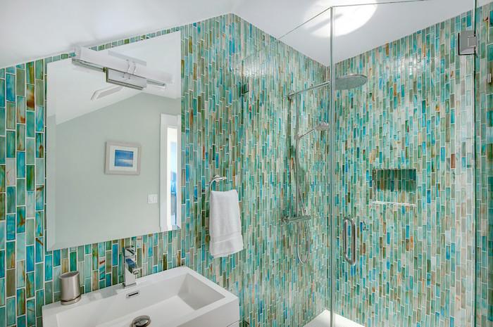 Badezimmer Einrichtung, Fliesen in Türkis, weißes Waschbecken, großer Spiegel