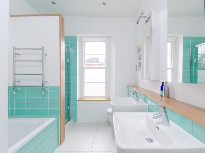 Badezimmer Einrichtung, Fliesen in Türkis, Badewanne und Waschbecken in Weiß