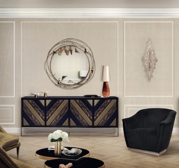 Wohnzimmer in Beige, Spiegelrahmen in Form von Zweigen, schwarzer Sessel